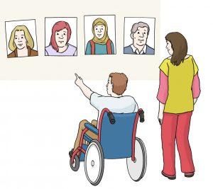 Mann im Rollstuhl mit einer Frau in Begleitung